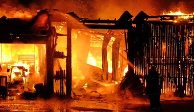 Wer haftet für Schäden durch ein brennendes Autowrack?