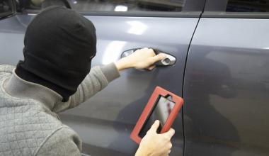 Hausrat leistet nicht bei gestohlenem Koffer aus verriegeltem Auto