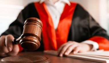 Vermittler wegen millionenschwerem Versicherungsbetrug vor Gericht