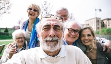 Weltseniorentag: Welche Versicherungen im Alter sinnvoll sind