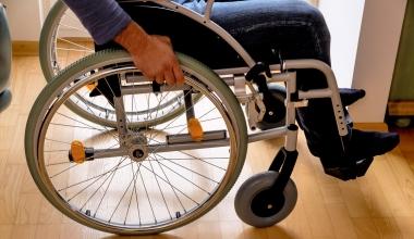 Erstfestsetzung der Invaliditätsentschädigung ohne erklärten Vorbehalt auf Neubemessung bindend