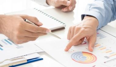 con.fee klärt über Servicegebühren bei Versicherungsmaklern auf