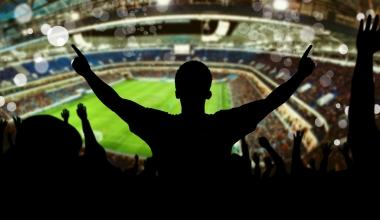 Böllern beim Fußball: Wann eine Straftat in der BU ausgeschlossen ist