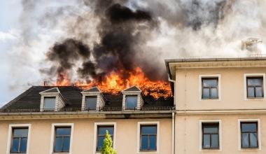 Handwerker setzt Haus in Brand: Wer haftet für Schäden am Nachbargrund?