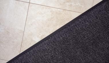 Lärmschutz: Wann Wohnungseigentümer Fliesen statt Teppich verlegen dürfen