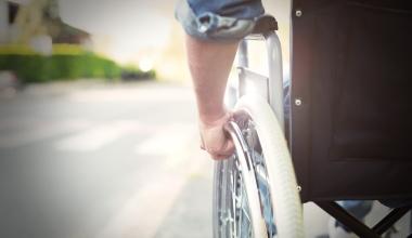 Sportler im Rollstuhl: BU-Kündigung bei dreister Lüge