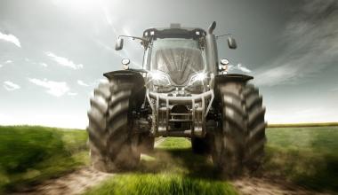 Traktor als Arbeitsmaschine: Zahlt die Kfz-Haftpflicht für Schäden?