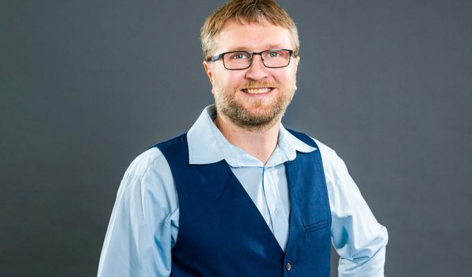 Benjamin Adelwarth ist der Geschäftsführer der <a href=https://www.av-versicherungsmakler.de> AV Versicherungsmakler GmbH</a>. Ursprünglich hat er sich als Einzelunternehmer einen Kundenstamm und einen guten Ruf erarbeitet. Der Ruf war dann jedoch so gut, dass ihm die Unternehmensnachfolge eines Maklers in der Region angeboten wurde. Er griff zu.