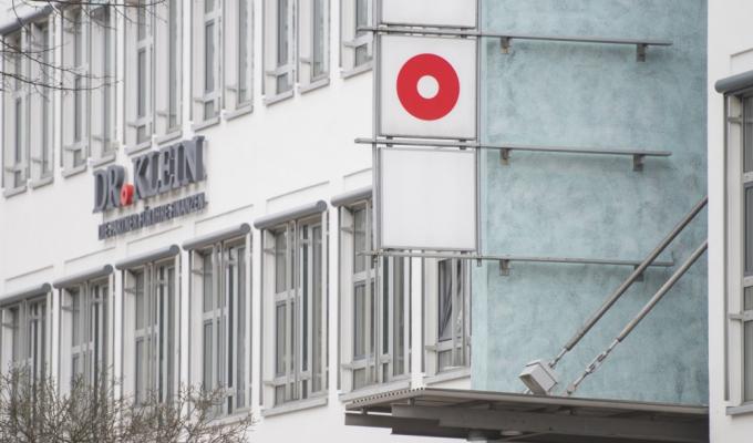 Platz 1 sichert sich Dr. Klein. Der Vertrieb von Finanz- und Versicherungslösungen wurde 1954 vom Steuerberater und Diplomkaufmann Kurt Klein sowie vom Kaufmann Heinrich Scheck in Lübeck als Vermittlung von Hypotheken und Finanzierungen ergründet. Finanzierungen, insbesondere von Immobilien, spielen auch heute noch eine wichtige Rolle innerhalb der Gruppe. <i>[Bild: © Dr. Klein]</i>