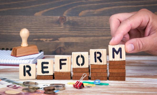 Wie geht es mit der Riester-Rente weiter? Aktuell werden innerhalb der Großen Koalition verschiedene Änderungen diskutiert. Zum einen soll die Riester-Rente eventuell für Selbstständige geöffnet werden. Zum anderen könnte die steuerliche Absetzbarkeit zurückgefahren werden, bei gleichzeitiger Erhöhung der Zulagen. Und vielleicht fällt auch die Beitragsgarantie zum Rentenbeginn einer Reform zum Opfer. <p><i>[Bild: © tumsasedgars – stock.adobe.com]</i>